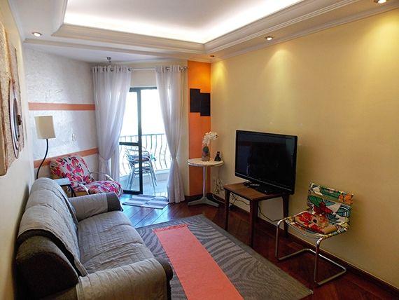 Sacomã, Apartamento Padrão - Sala retangular com dois ambientes, piso laminado, teto com sanca de gesso, iluminação embutida e acesso à sacada.