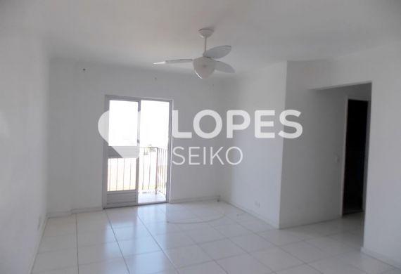 Cursino, Apartamento Padrão - Sala retangular com dois ambientes, piso de cerâmica, teto com moldura de gesso e sacada
