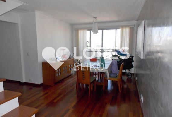 Cursino, Cobertura Duplex - Sala em L, piso de madeira, teto com moldura de gesso, cortineiro e acesso à varanda e ao segundo andar