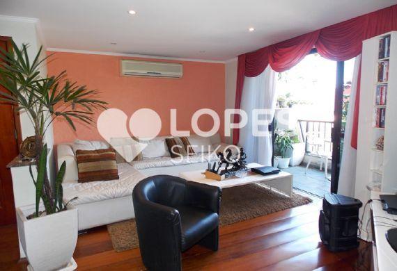 Cursino, Apartamento Padrão - Sala com três ambientes, piso de madeira, teto com sanca de gesso, iluminação embutida, ar-condicionado e acesso a varanda.