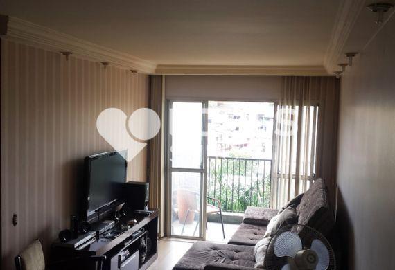 Sacomã, Apartamento Padrão - Sala em L com dois ambientes, piso laminado, teto com sanca de gesso, cortineiro e acesso à varanda.