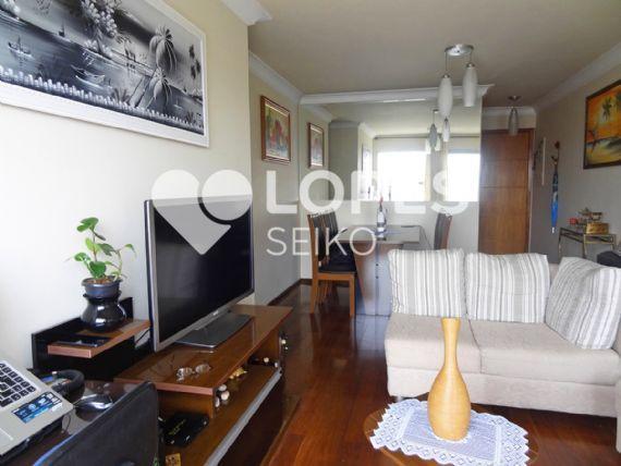 Jabaquara, Apartamento Padrão - Sala em L com dois ambientes, piso de madeira, teto com moldura de gesso e acesso à varanda.