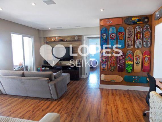 Cursino, Apartamento Padrão - Sala ampliada com piso laminado, teto de gesso rebaixado, iluminação embutida, móveis planejados e acesso à varanda.