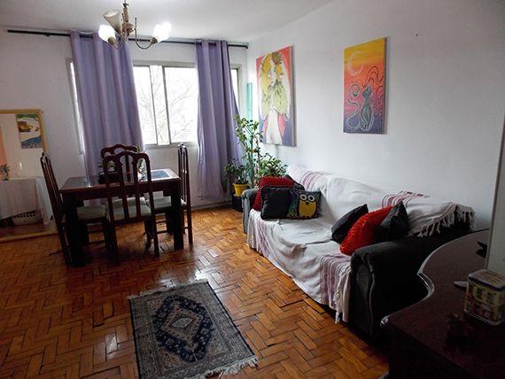 Saúde, Apartamento Padrão - Sala retangular com dois ambientes e piso de tacos de madeira.