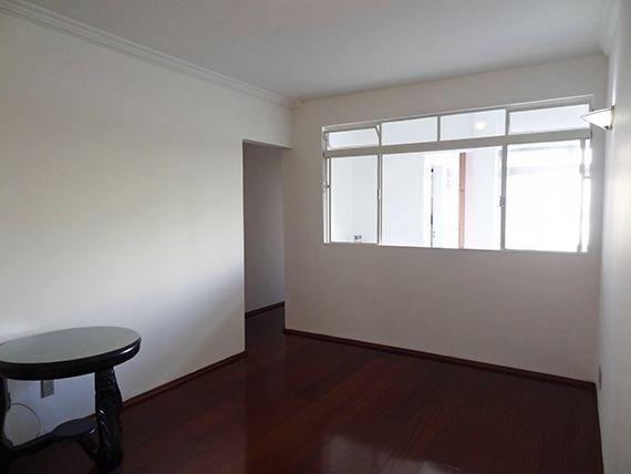 Saúde, Apartamento Padrão - Sala retangular com dois ambientes, piso de madeira e teto com moldura de gesso.