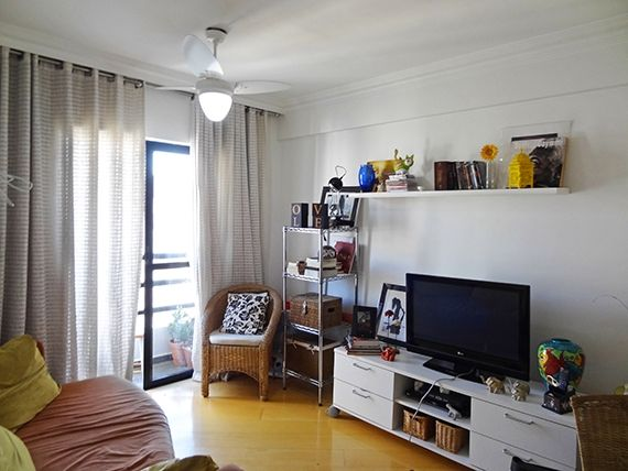 Sacomã, Apartamento Padrão - Sala retangular com dois ambientes, piso laminado, teto com moldura de gesso e acesso à varanda.
