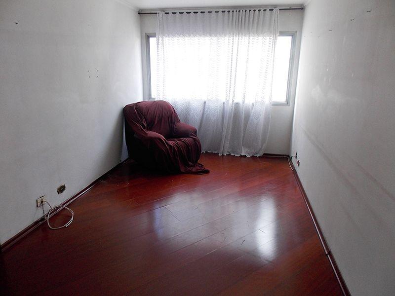 Cursino, Apartamento Padrão - Sala retangular com dois ambientes, piso laminado e teto com moldura de gesso.
