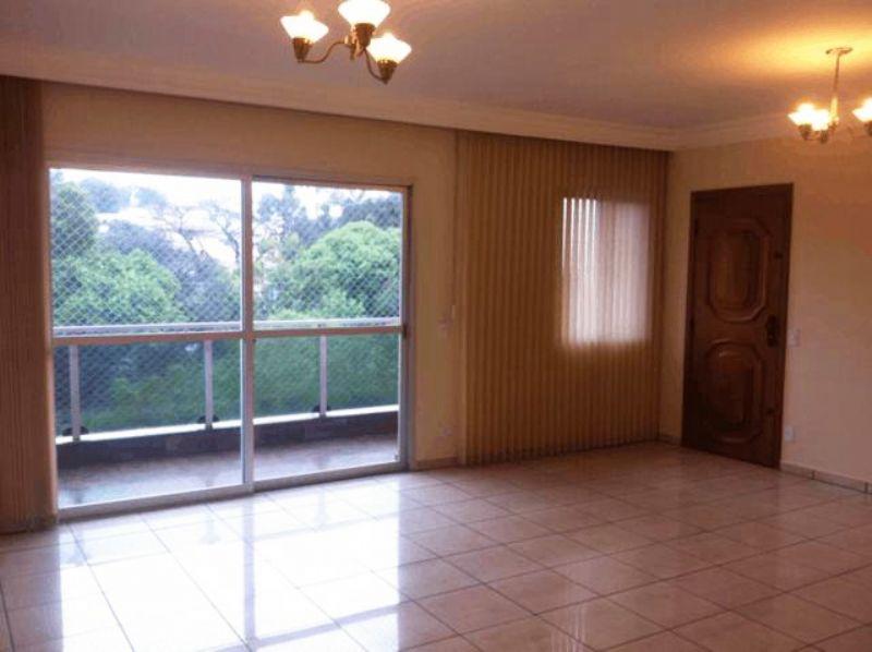 Cursino, Apartamento Padrão - Sala com dois ambientes, piso de cerâmica, teto com moldura de gesso, cortineiro e acesso à varanda.