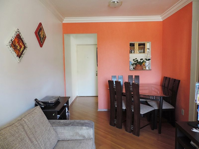 Sacomã, Apartamento Padrão - Sala retangular com dois ambientes, piso laminado, teto com moldura de gesso e acesso à sacada.