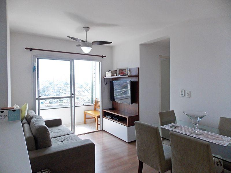 Sacomã, Apartamento Padrão - Sala retangular com dois ambientes, piso laminado e acesso à varanda.