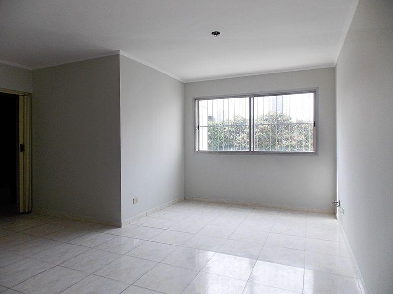 Cursino, Apartamento Padrão - Sala em L com dois ambientes, piso de cerâmica e teto com moldura de gesso.
