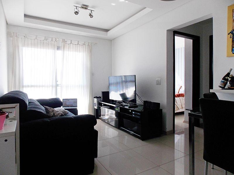 Jabaquara, Apartamento Padrão - Sala retangular com dois ambientes, piso de porcelanato, teto de gesso rebaixado, iluminação embutida e acesso à sacada.