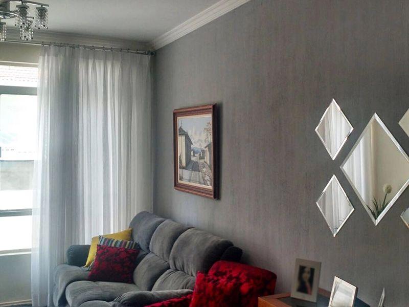 Vila Mariana, Apartamento Padrão - Sala com dois ambientes, piso laminado e teto com moldura de gesso.
