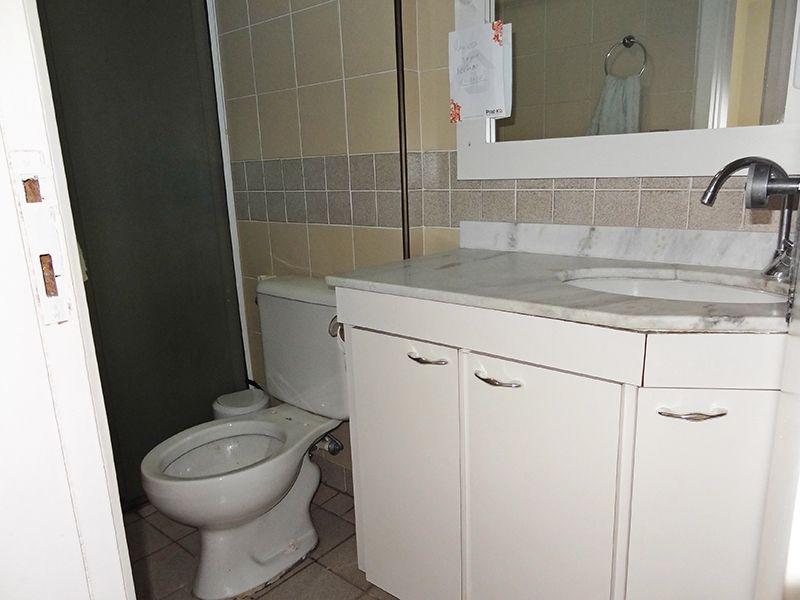 Cursino, Apartamento Padrão-Banheiro social com piso de cerâmica, box de vidro e pia de mármore branco com gabinete.