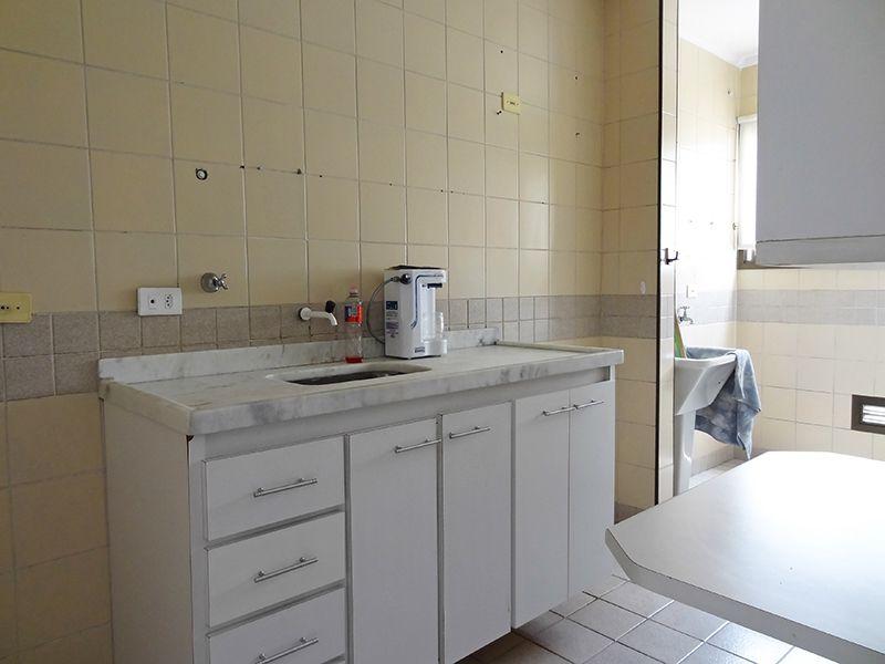 Cursino, Apartamento Padrão-Cozinha com piso de cerâmica, teto com moldura de gesso, armários planejados e pia de mármore branco.