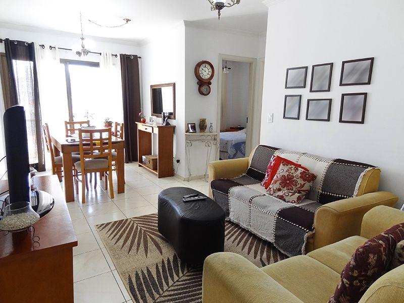 Cursino, Apartamento Padrão - Sala retangular com dois ambientes, piso de cerâmica, teto com moldura de gesso e acesso à varanda.