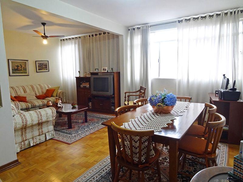 Ipiranga, Apartamento Padrão - Sala em L ampliada, com dois ambientes e piso de madeira.
