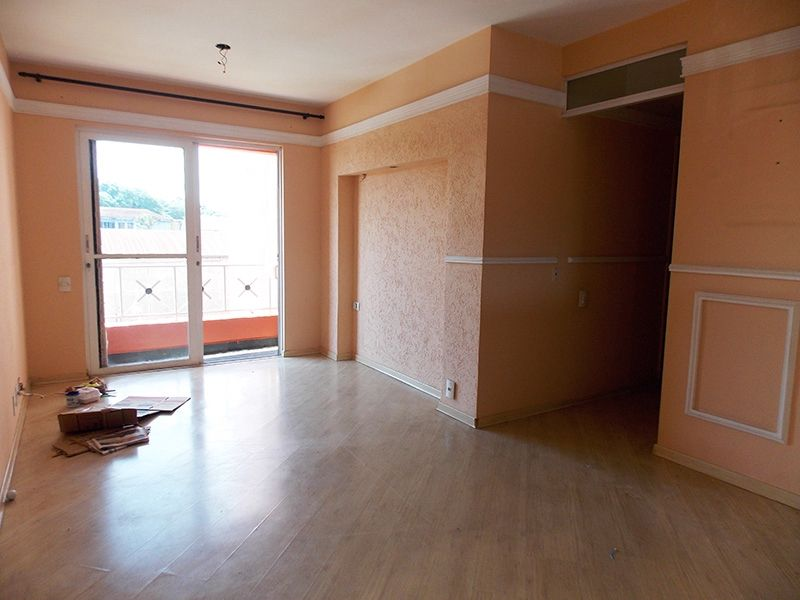 Sacomã, Apartamento Padrão - Sala com piso laminado, espelho e acesso a varanda.