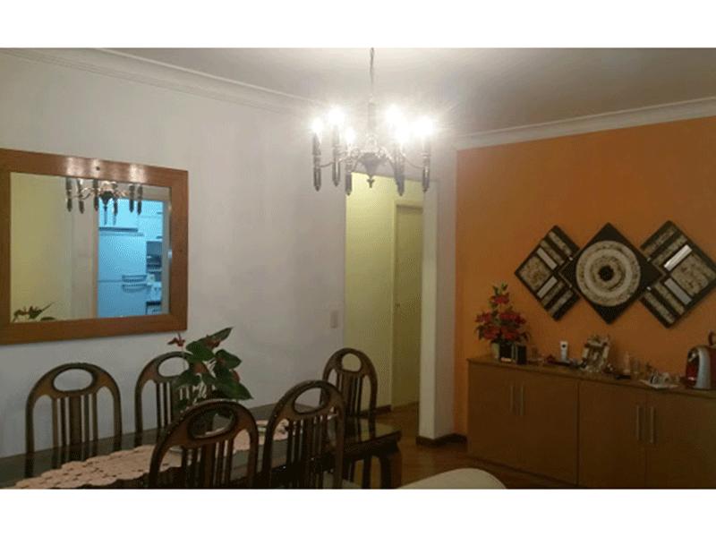 Cursino, Apartamento Padrão - Sala quadrada com piso de madeira, teto com moldura de gesso e acesso à varanda.