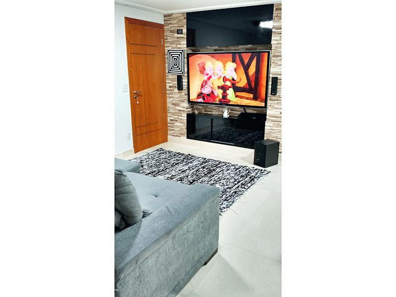 Cursino, Apartamento Padrão - Sala com piso de mármore crema marfil, teto com moldura de gesso, iluminação embutida, armário embutido, nicho para TV 65 polegadas e acesso à varanda.