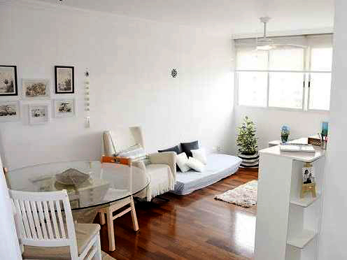 Cursino, Apartamento Padrão - Sala em L com piso laminado e teto com moldura de gesso.