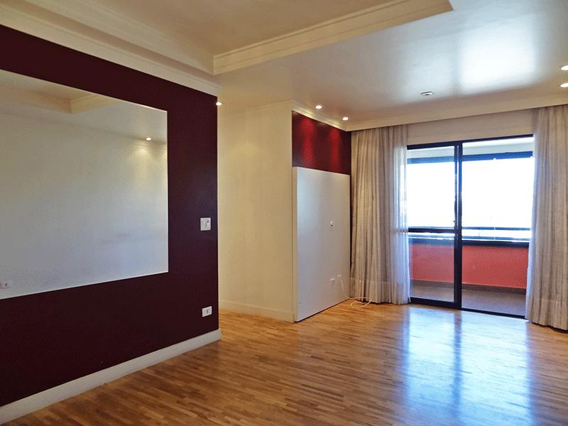 Sacomã, Apartamento Padrão - Sala retangular com piso madeira, teto com sanca de gesso, iluminação embutida e acesso à varanda.