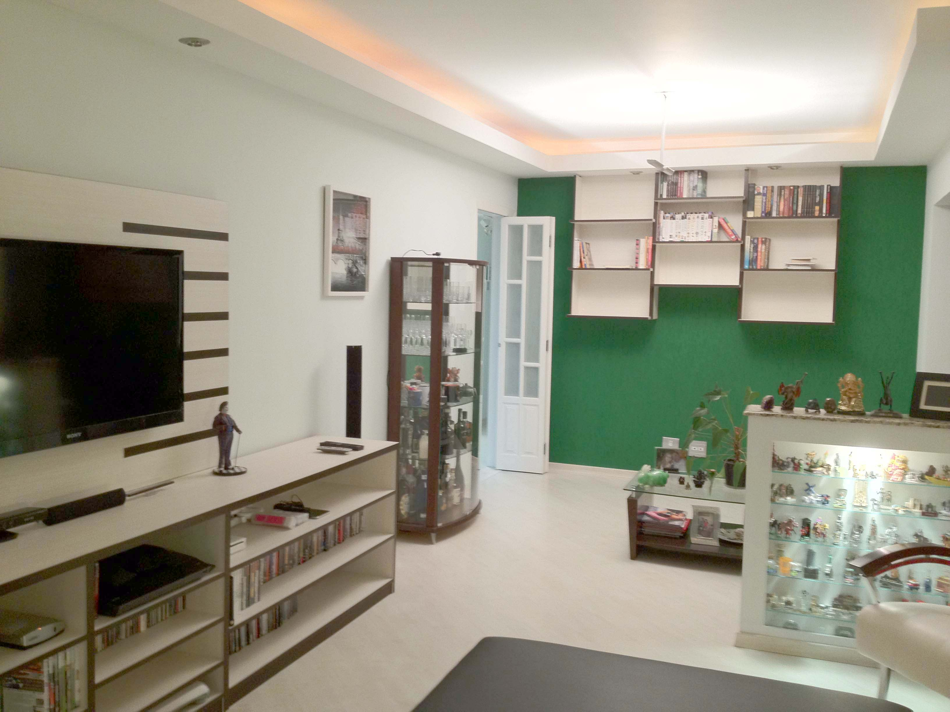 Cursino, Apartamento Padrão - Sala em L com três ambientes, carpete de madeira, teto com sanca de gesso e iluminação embutida e acesso à varanda