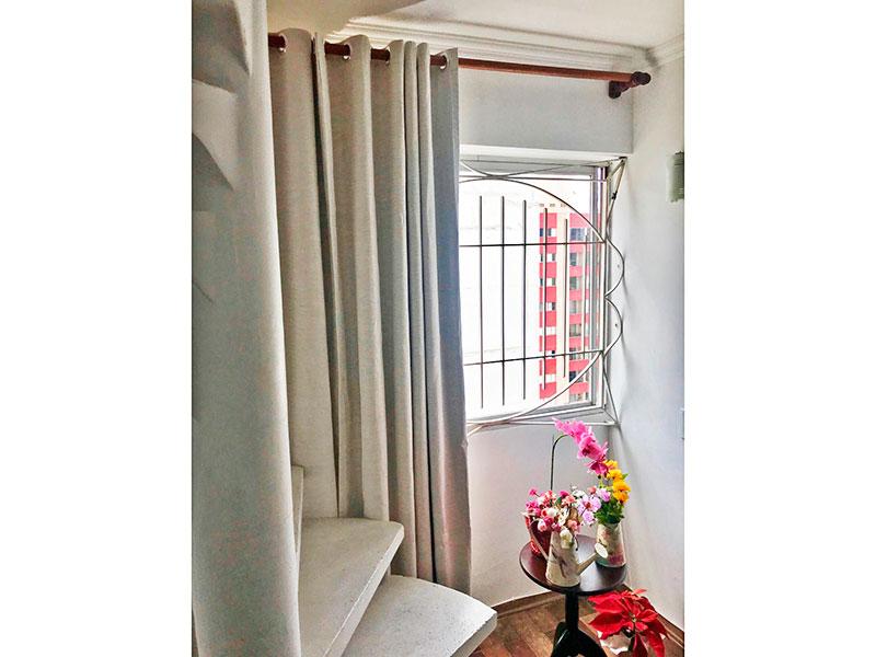 Jabaquara, Cobertura Duplex-Sala com piso de tacão, teto com moldura de gesso e acesso a piso superior.