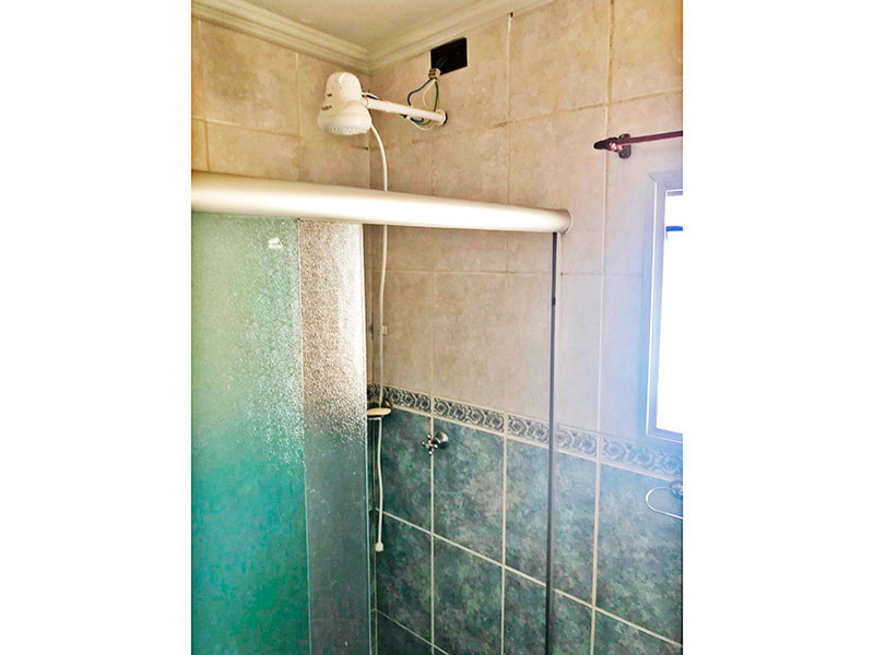 Jabaquara, Cobertura Duplex-Banheiro da suíte com piso de cerâmica, teto com moldura de gesso, pia de mármore e box de vidro.