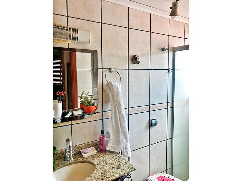 Jabaquara, Cobertura Duplex-Banheiro social com piso de cerâmica, teto com moldura de gesso, pia de mármore e box de vidro.