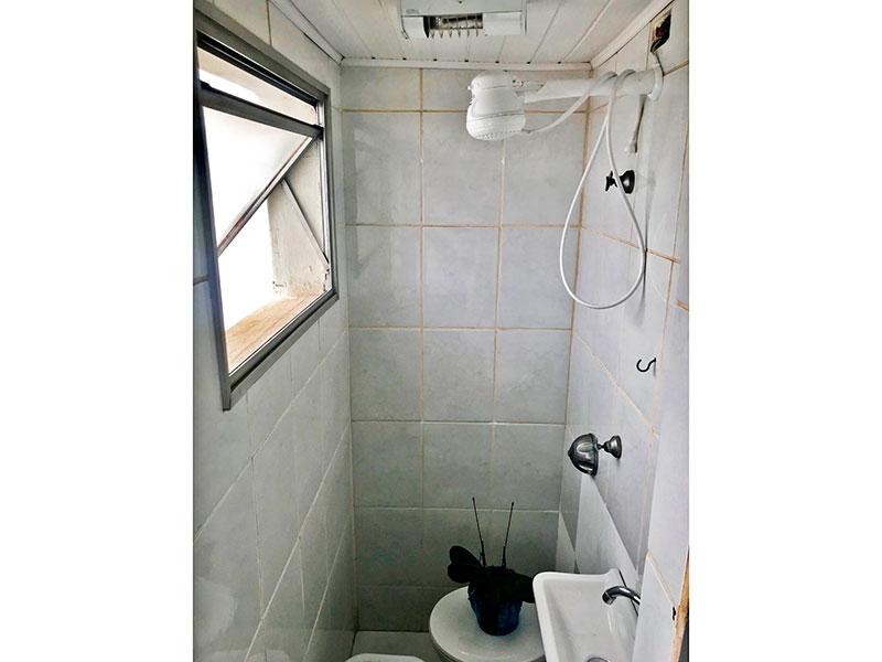 Jabaquara, Cobertura Duplex-Banheiro da área de serviço com piso de cerâmica e pia de porcelana.
