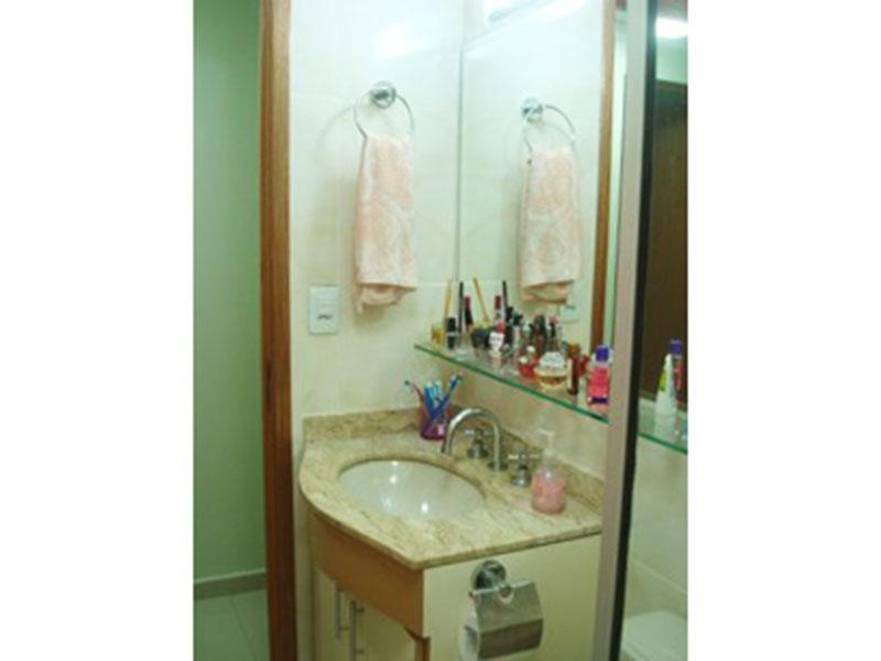 Sacomã, Apartamento Padrão-Banheiro com piso de cerâmica, pia de granito com gabinete e box de vidro.
