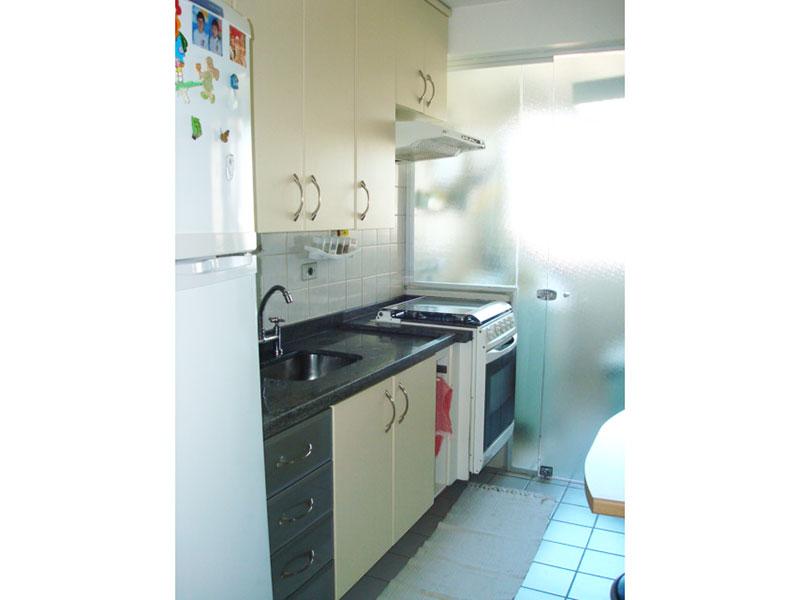 Sacomã, Apartamento Padrão-Cozinha com piso de cerâmica, pia de granito com gabinete, armários e porta de vidro na passagem para a área de serviço.