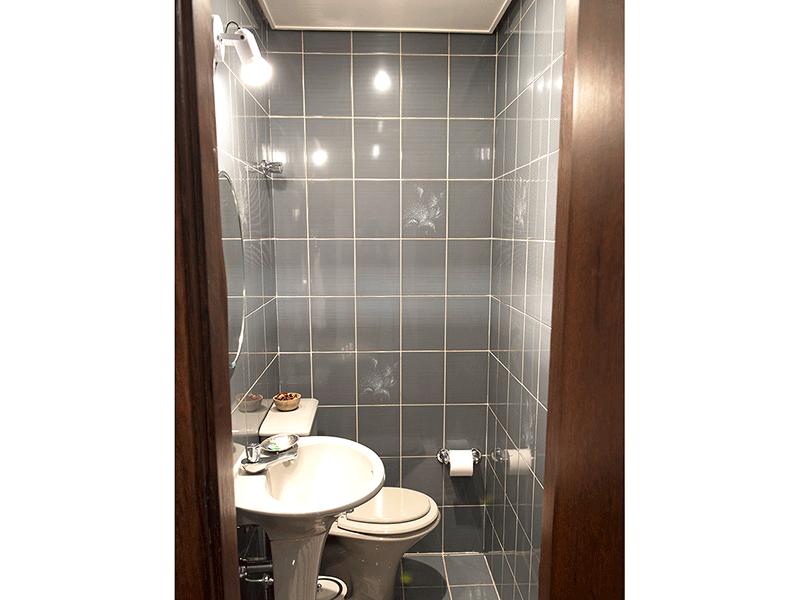 Ipiranga, Apartamento Padrão-Lavabo com piso de cerâmica, teto rebaixado e pia de porcelana.