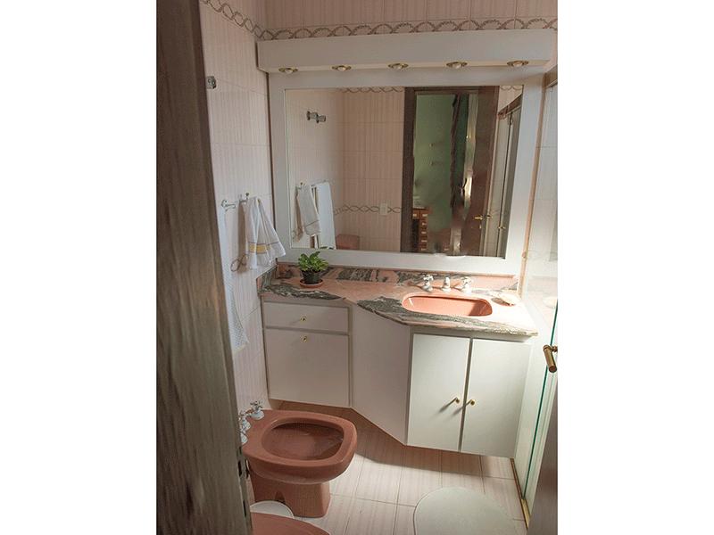 Ipiranga, Apartamento Padrão-Banheiro da suíte com piso de cerâmica, pia de mármore, gabinete e box de vidro.