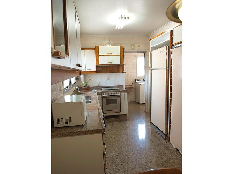 Ipiranga, Apartamento Padrão-Cozinha com piso e pia de granito, teto com moldura de gesso, gabinete e armários planejados.