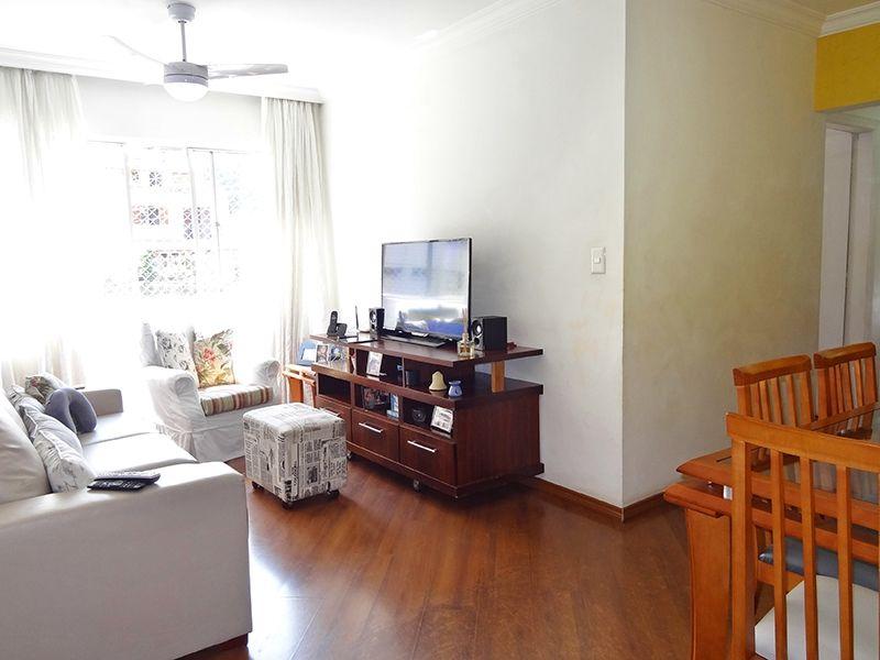 Sacomã, Apartamento Padrão - Sala em L com dois ambientes, piso laminado, teto com moldura de gesso e cortineiro.