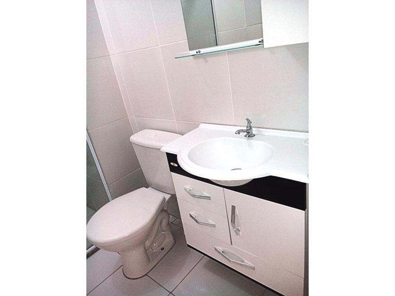 Sacomã, Apartamento Padrão-Banheiro da suíte com piso de cerâmica, pia sintética com gabinete e box de vidro.