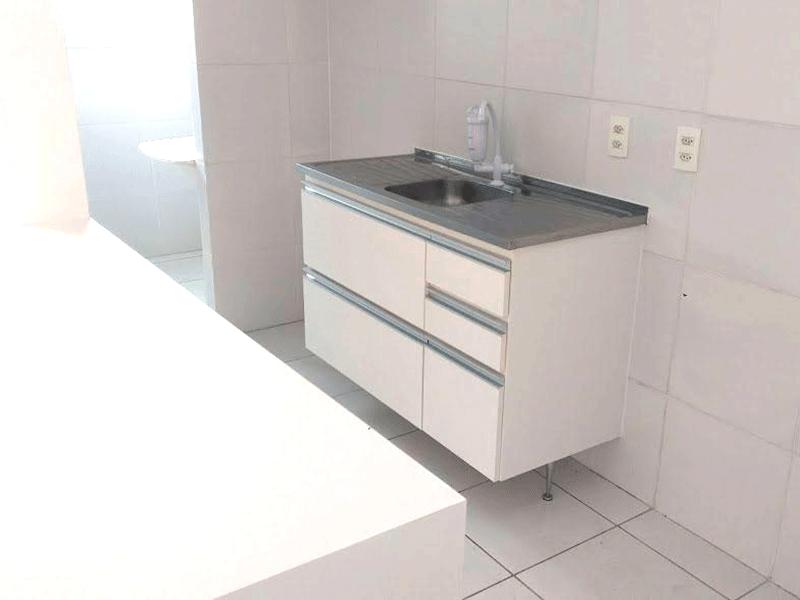 Sacomã, Apartamento Padrão-Cozinha americana com piso de cerâmica, pia de inox com gabinete e porta de alumínio na passagem para a  área de serviço.
