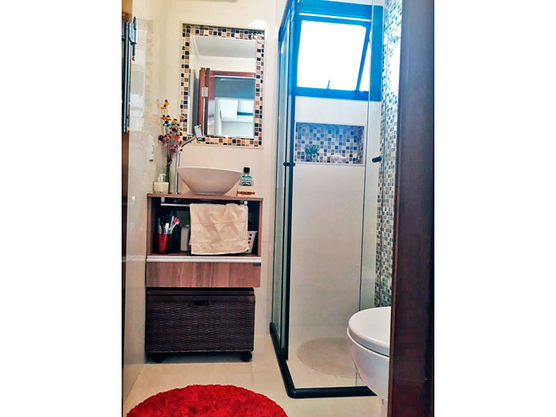 Ipiranga, Apartamento Padrão-Banheiro social com piso de cerâmica, pia sobreposta e box de vidro.