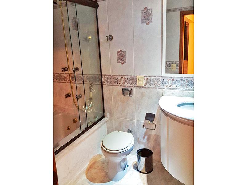Jabaquara, Cobertura Duplex-Banheiro social com box de vidro, pia de granito com gabinete.