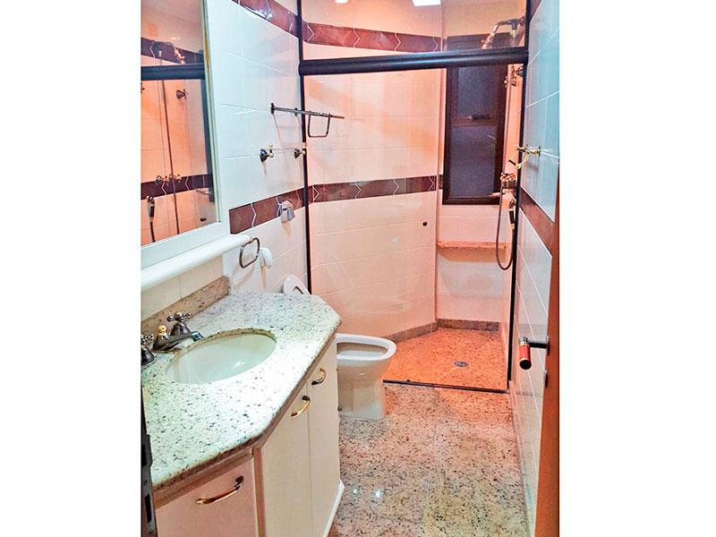 Jabaquara, Cobertura Duplex-Banheiro da área de serviço com piso de cerâmica, gabinete e pia de granito.