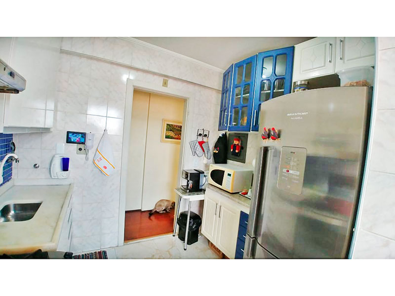 Jabaquara, Apartamento Padrão-Cozinha com piso de porcelanato, teto com moldura de gesso, armários planejados, gabinete, pia de mármore e acesso a área de serviço.