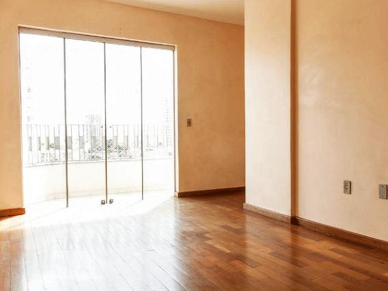 Ipiranga, Apartamento Padrão - Sala com dois ambientes, piso taco de madeira, teto com moldura de gesso e acesso à varanda.