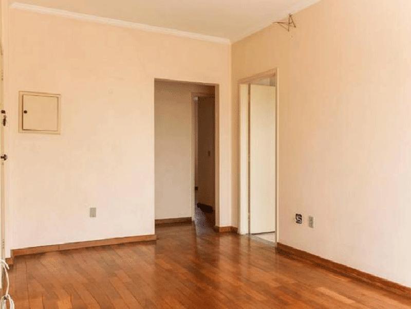 Ipiranga, Apartamento Padrão-Sala com dois ambientes, piso taco de madeira, teto com moldura de gesso e acesso à varanda.