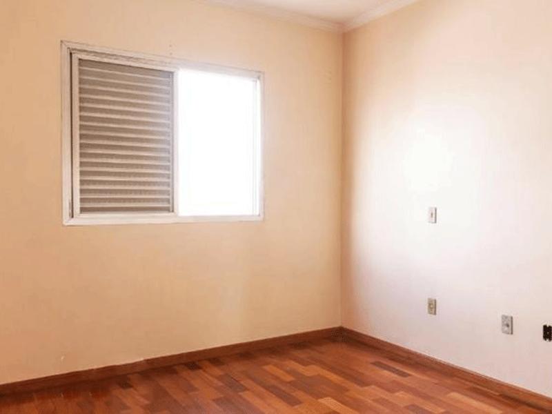 Ipiranga, Apartamento Padrão-Suíte com piso taco de madeira e teto com moldura de gesso.