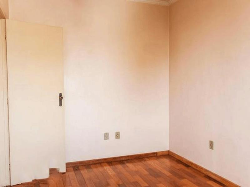 Ipiranga, Apartamento Padrão-2º Quarto com piso taco de madeira e teto com moldura de gesso.