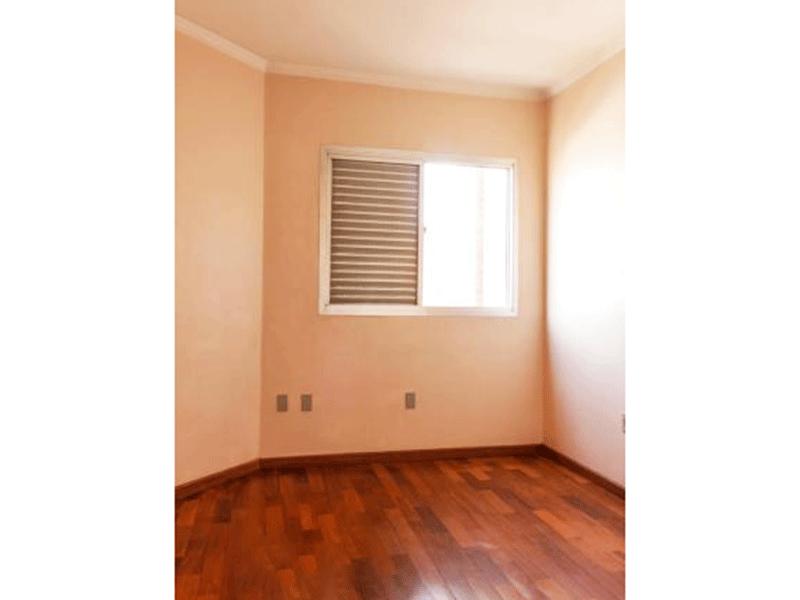 Ipiranga, Apartamento Padrão-3º Quarto com piso taco de madeira e teto com moldura de gesso.