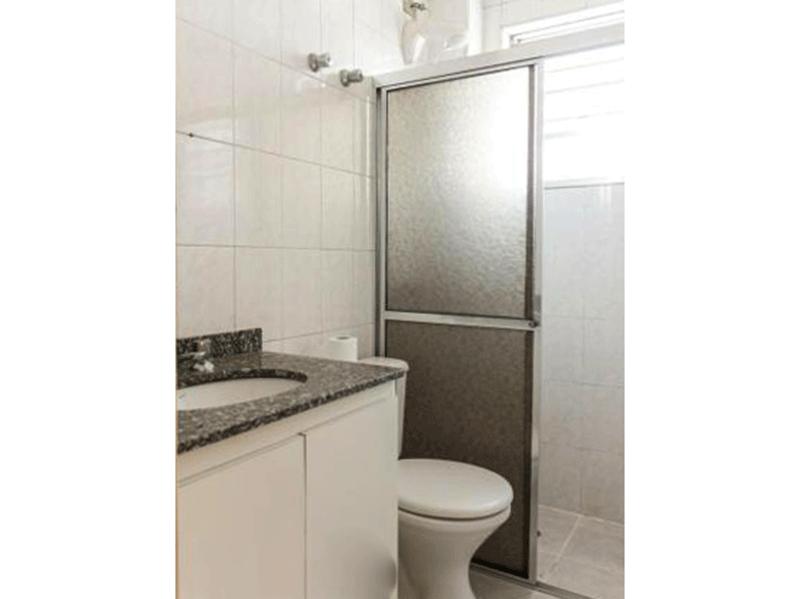 Ipiranga, Apartamento Padrão-Banheiro da suíte e social com piso de cerâmica, pia de granito, gabinete, box de vidro e teto com moldura de gesso.