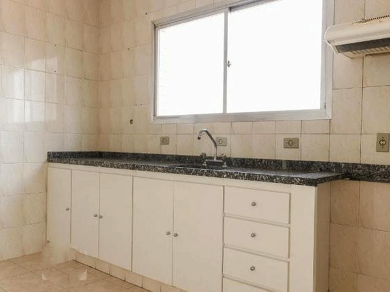 Ipiranga, Apartamento Padrão-Cozinha com piso de cerâmica, pia de granito, armários planejados e ventilação externa.
